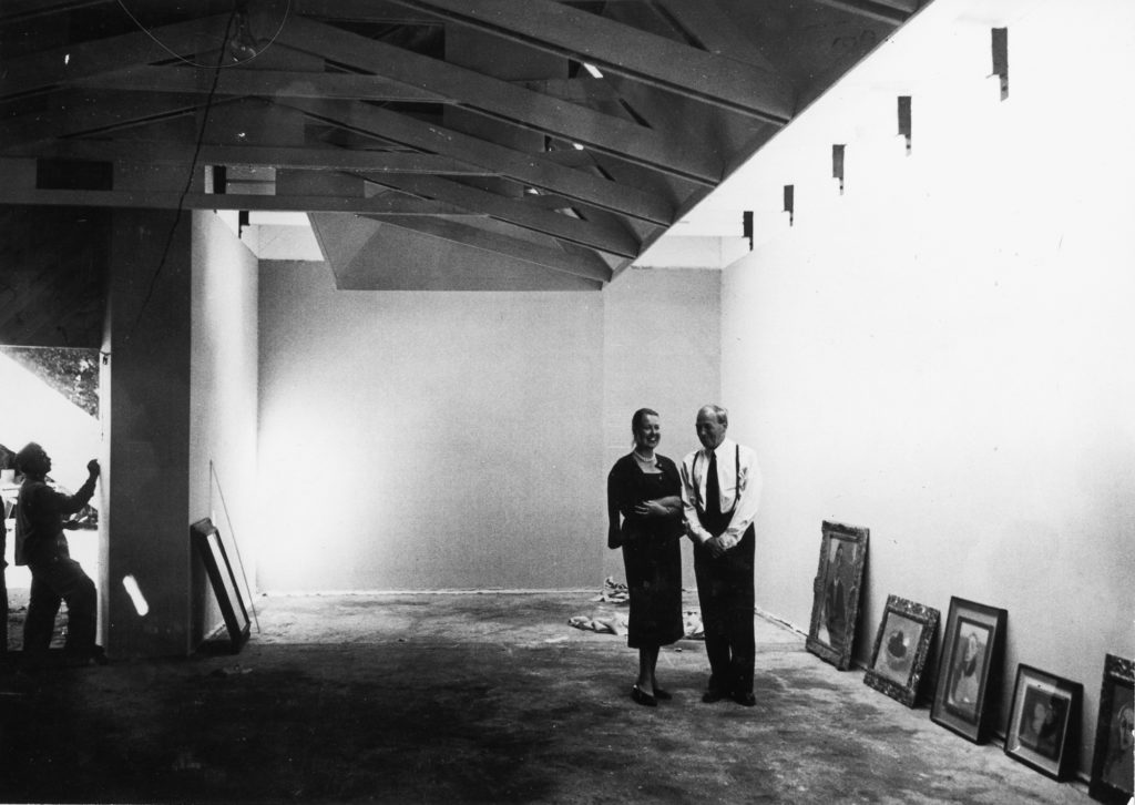 Elissa and Alvar Aalto in the Finnish pavilion in 1956. The gallery space is being prepared for the inaugural exhibition of Helene Schjerfbeck's paintings. © Museum of Finnish Architecture