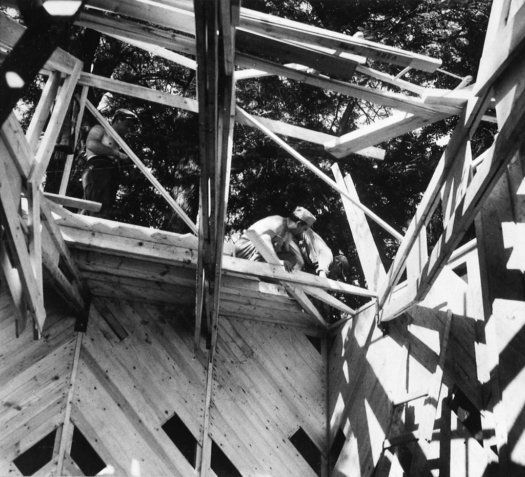 Constructing the pavilion on site in 1956. @ Museum of Finnish Architecture