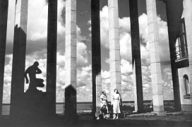 A view from the courtyard of Viipuri Art Museum and Art School towards the sea. Two women stand by the pilars. Black and white picture, most likely from 1930s.